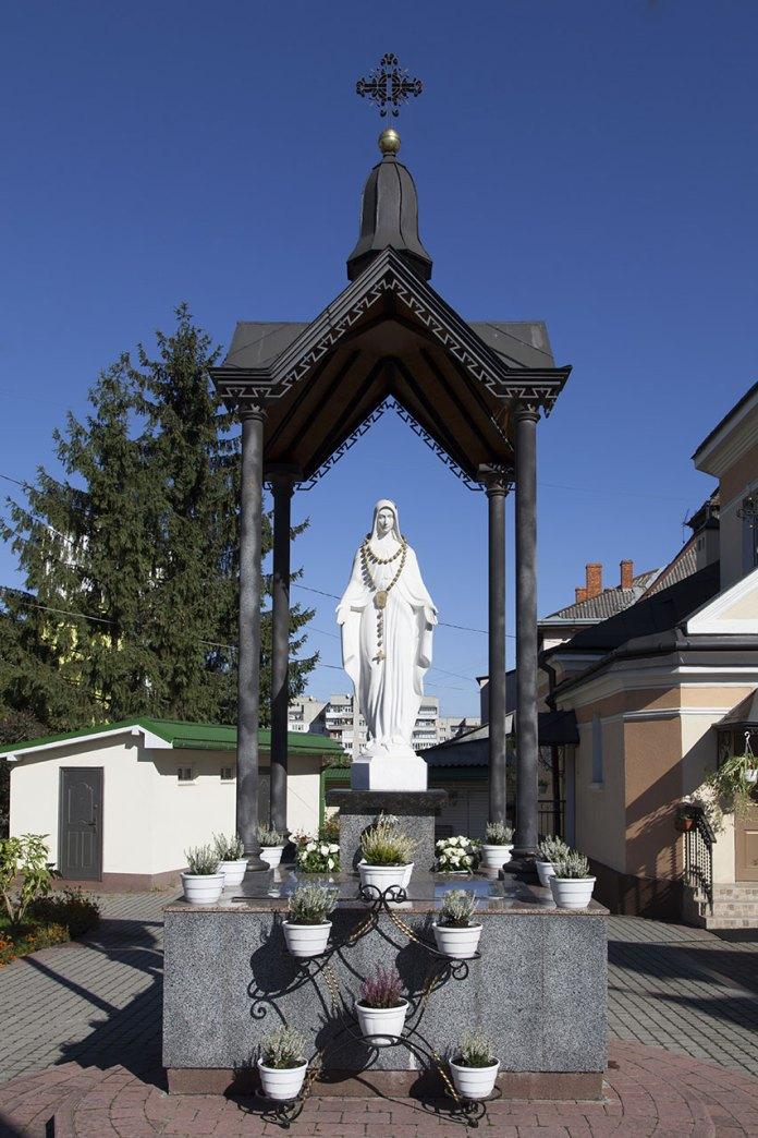 Скльптура Матері Божої на подвір'ї церкви св. Андрія Первозванного на Клепарові, 2018 р.