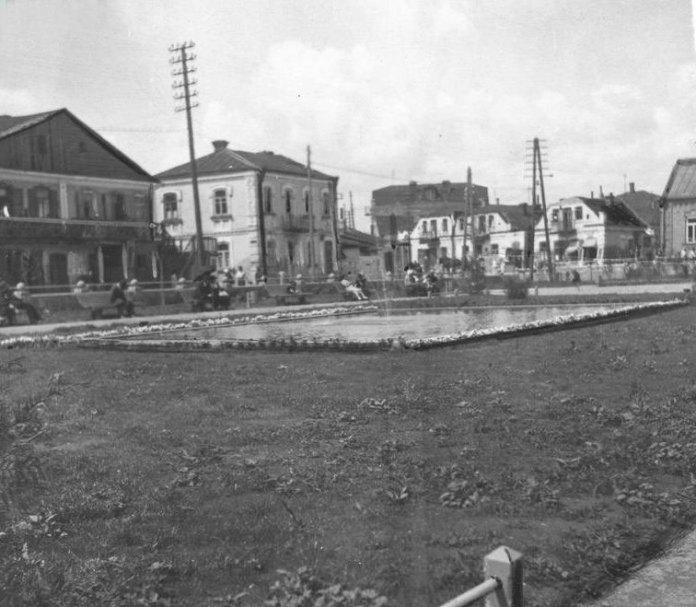 Фонтан у сквері під залізничним мостом, 1930-і роки