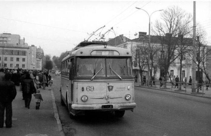 Вид на рівненську стометрівку і тролейбусну зупинку, 1976 рік