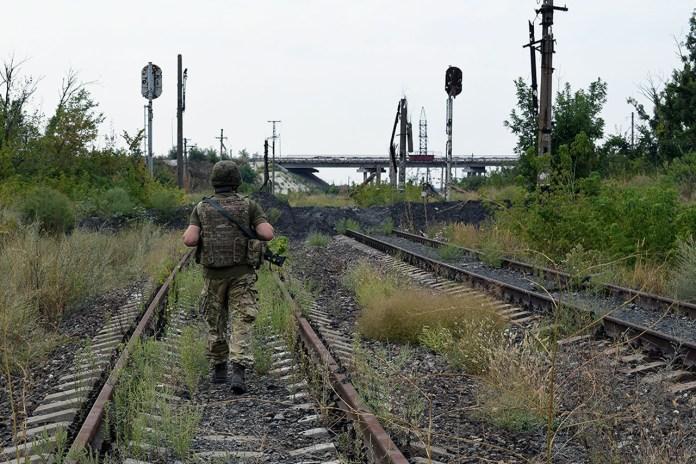 Знищена залізниця і Донецький міст, що фактично є кордоном нашої території