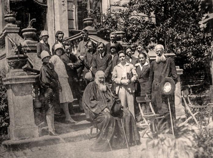 Митрополит Андрей та о. Климентій з учнями малярської школи Олекси Новаківського. 1927 р. Фото з приватної колекції.
