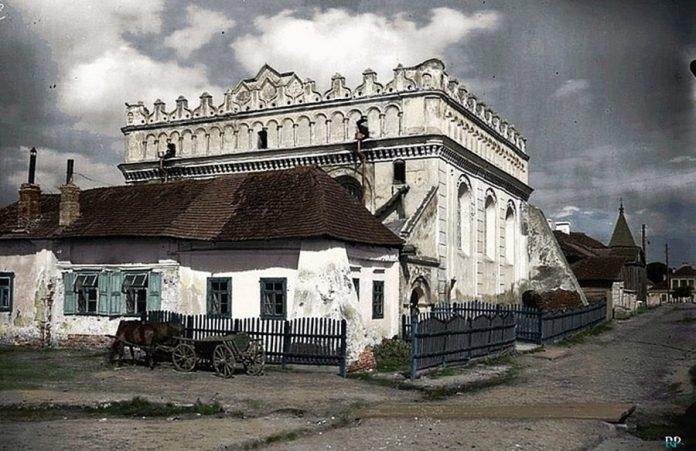 Велика синагога у Любомлі. Зведена на початку XVI століття у стилі ренесансу. Одна з найстаріших синагог на українських землях. Повністю зруйнована у 1947 році. Фото 1930 року