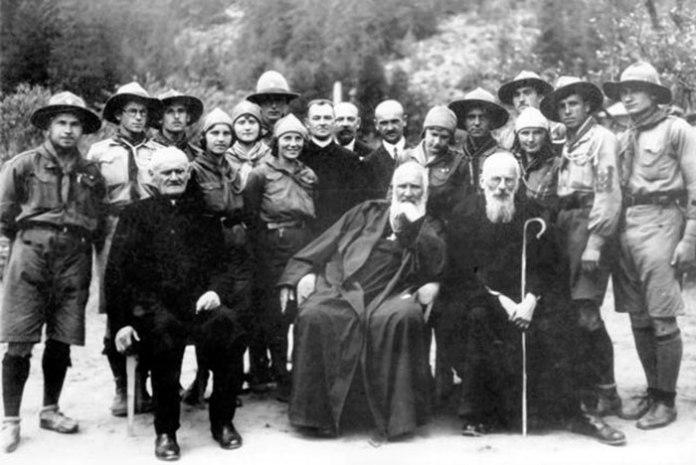 Брати Шептицькі з проводом пластового табору на Бойківщині в околиці Підлютого