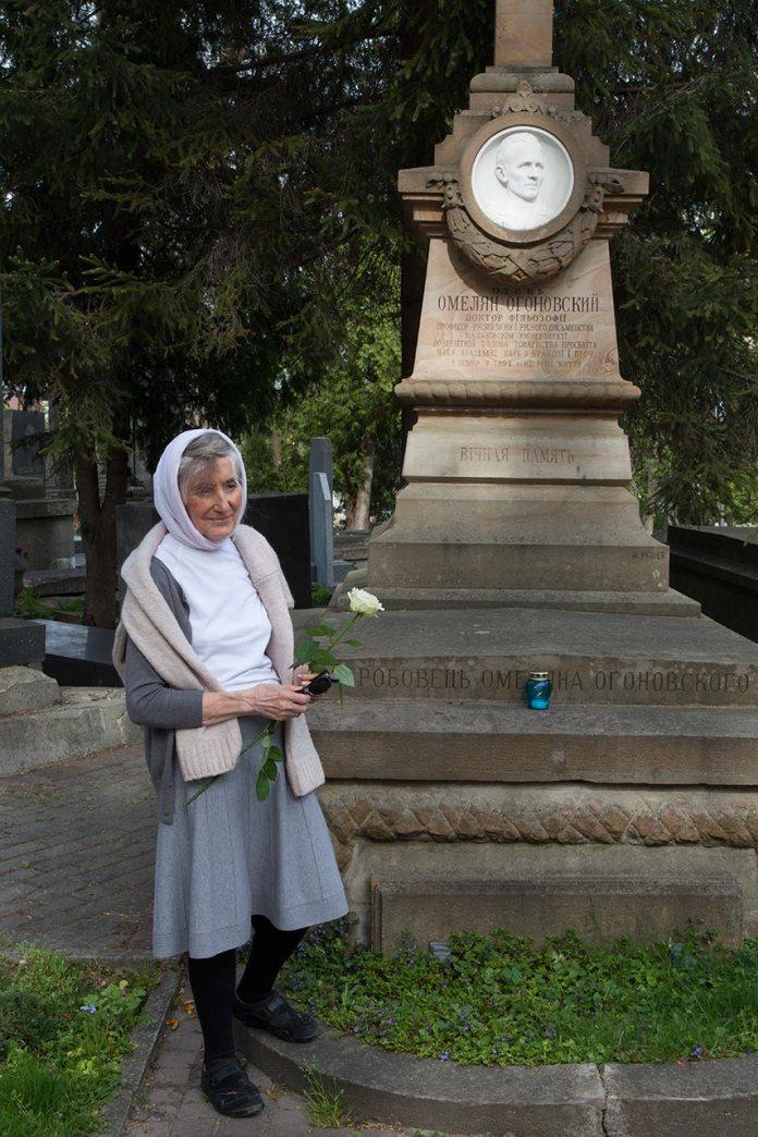 Христина Дякон, внучка Костя Левицького на могилі бабусі Ольги з Огоновських Левицької