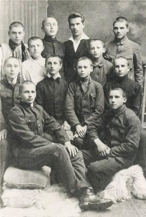 Іван Кейван (у другому ряді другий справа) під час навчання у коломийській ґімназії. Початок 1920-х років