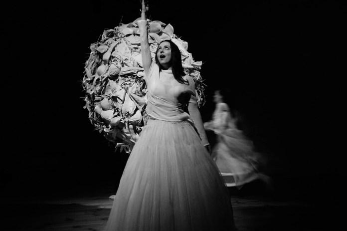 Сцена з метафоричного дійства «Весілля»