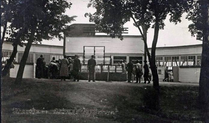 Павільйон з представництвом Рівненського магістрату і фонтаном перед ним