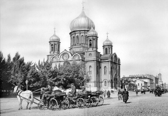 Одна з тонівських церков з цибульками
