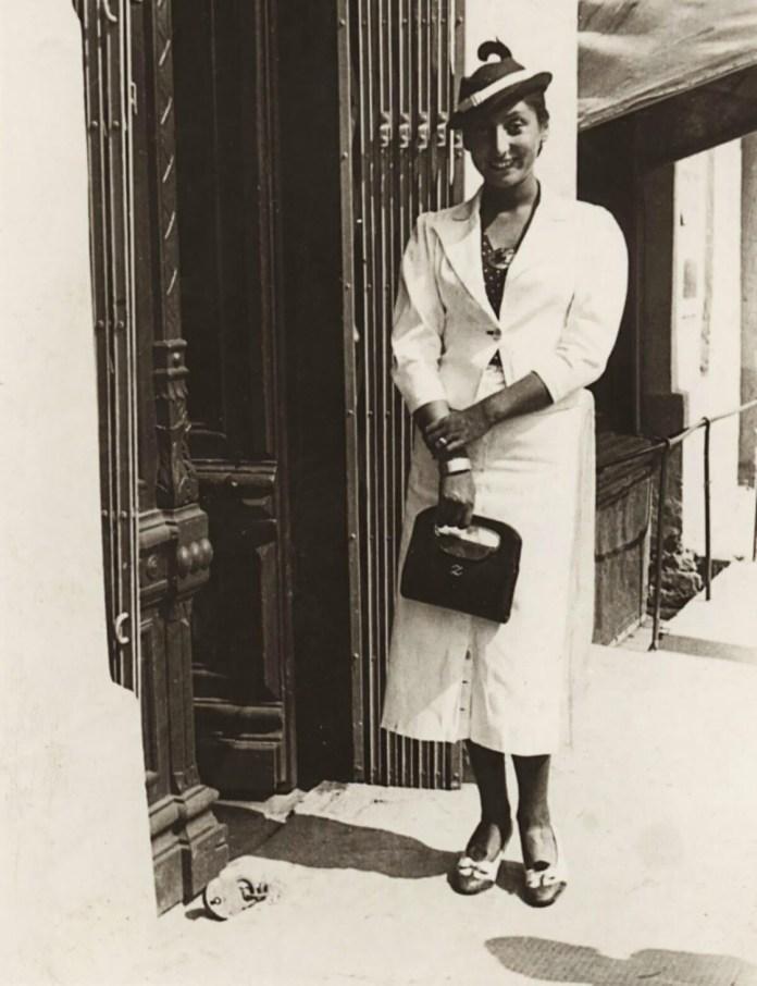 Зузанна Гінчанка біля дверей рівненського помешкання, 1939 р.