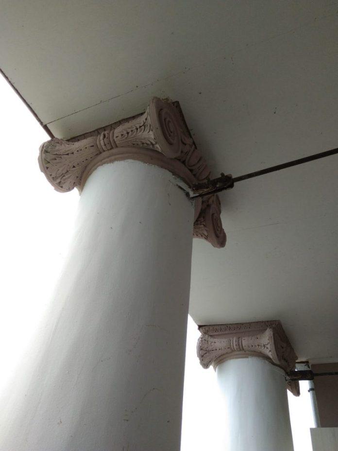 Фасадні колони з ліпниною добре роздивлятися з балкону