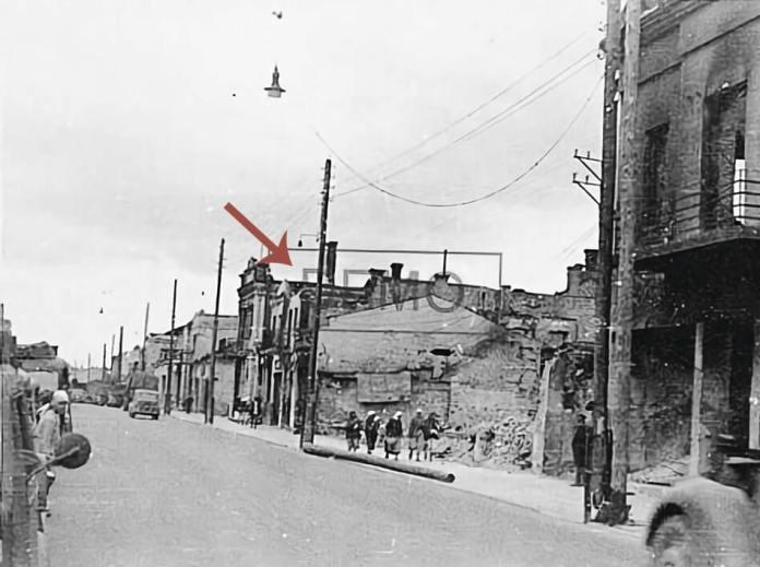 Будинок Сандбергів (вказано стрілкою) постраждав після бомбардувань