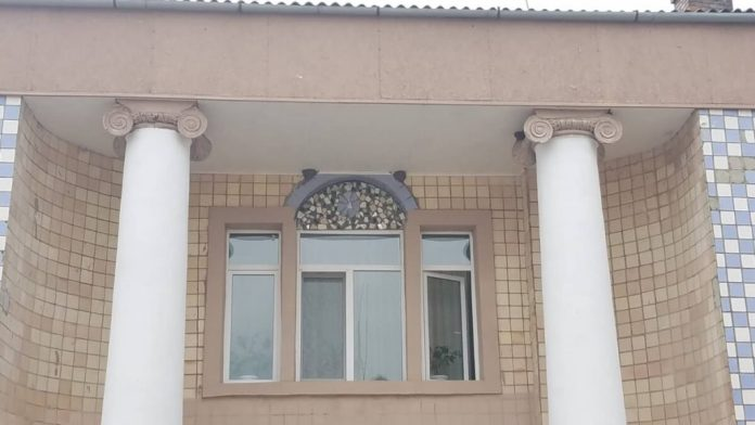 Колони з старовинною ліпниною і сучасна плитка, вікно автентичної форма. але з сучасною внутрішньою рамою — дике поєднання