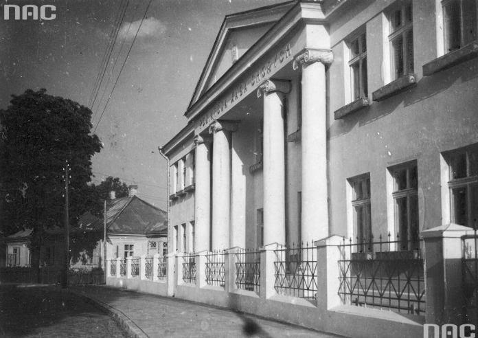 Повітова каса хворих; в приміщенні був і пологовий будинок