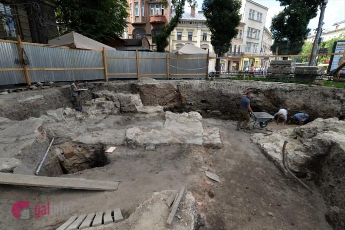 Археологічні дослідження на площі Галицькій у Львові. Фото Олена Ляхович, Гал-інфо