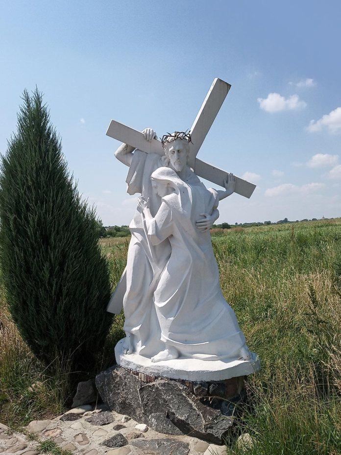 Хресна Дорога у Грушеві. IV стація. Ісус Христос зустрічає свою Многострадальну Матір. Фото Мар'яни Іванишин.