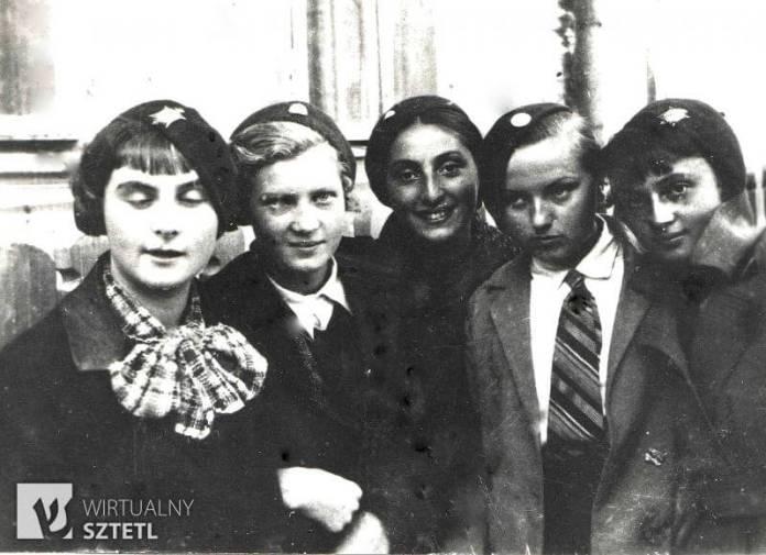 Гінчанка (у центрі) з гімназійними приятельками. Крайня ліворуч Блумка Фрадіс, Лала Томіліна (донька російського генерала). Праворуч від Гінчанки Зоя Хмєлєвска, Люся Гельмонт. Рівне, 1936 р.