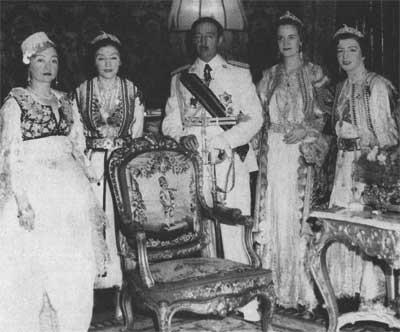 Ахмет Зогу з сім'єю. Фото з http://hrono.ru/biograf/bio_z/zogu_ahmed.php