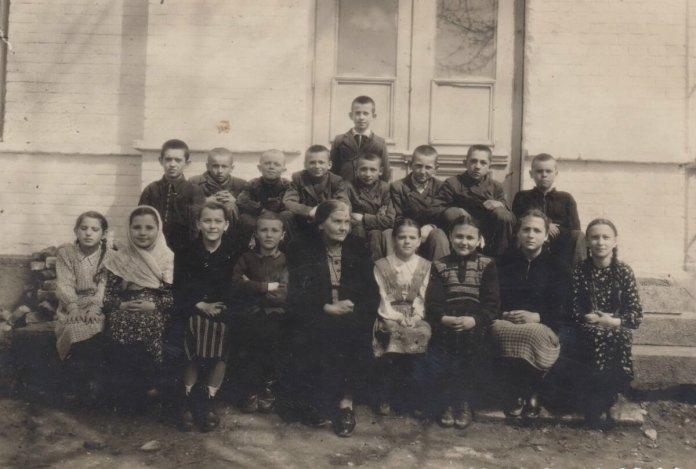Учні Городоцької школи, 1947 р. У центрі вчителька Н. Ф. Савченко