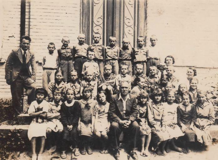 Школярі 1939 року. Н. Савченко-Завірюха 3-я зліва у 2-у ряду