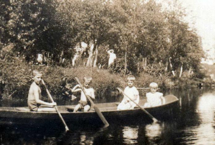 Ставок «сажовка» в саду священика, 1935 р. Наталка Савченко з друзями