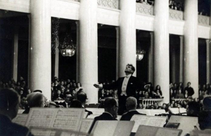 Бернстайн диригує оркестром Ленінградської філармонії під час гастролей в СРСР, 1966 рік