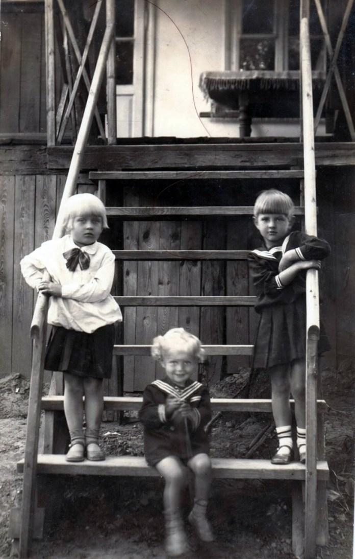 Зліва Наталка Савченко, справа Віра Міщук, у центрі Анатолій Хорупаня — син священика, 1934 р.