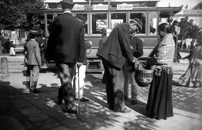 Один із перших електричних трамваїв виробництва Siemens&Halske у Львові, фото початку ХХ століття