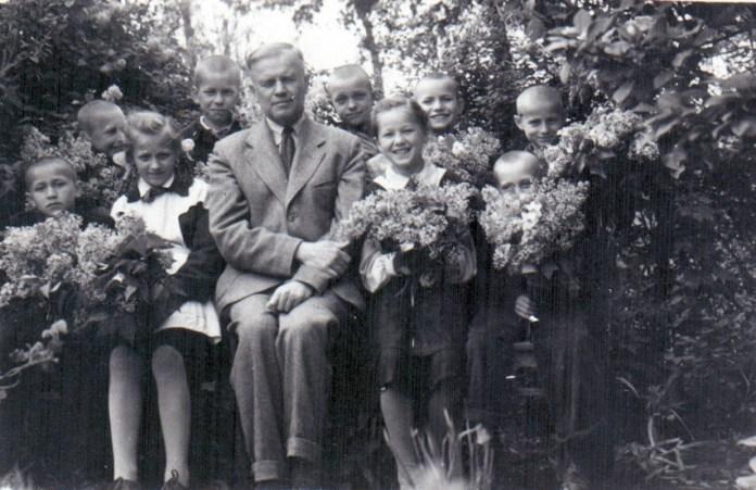 М.І. Кур'яник із школярами, 1960-і рр