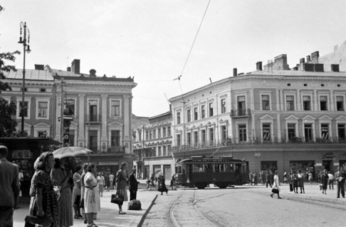 Льів'яни на Адольф-Гітлер-плац, нині проспект Свободи, 1942 рік