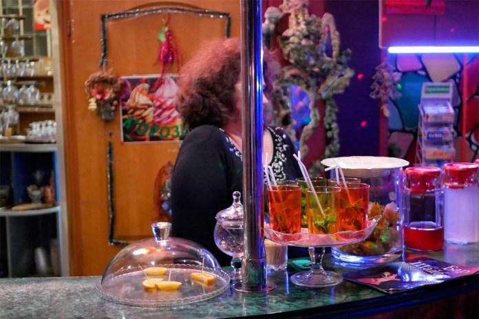Від настрою бармена Оксани багато в чому залежить настрій тих, хто прийшов на танці. Фото: Ельдар Сарахман