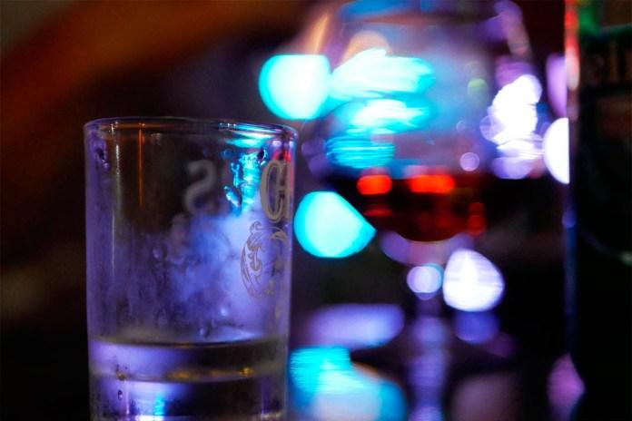 """В """"Шайбі"""" наливають віскі, горілку, коньяк, пиво, вино і шампанське. Фото: Ельдар Сарахман"""