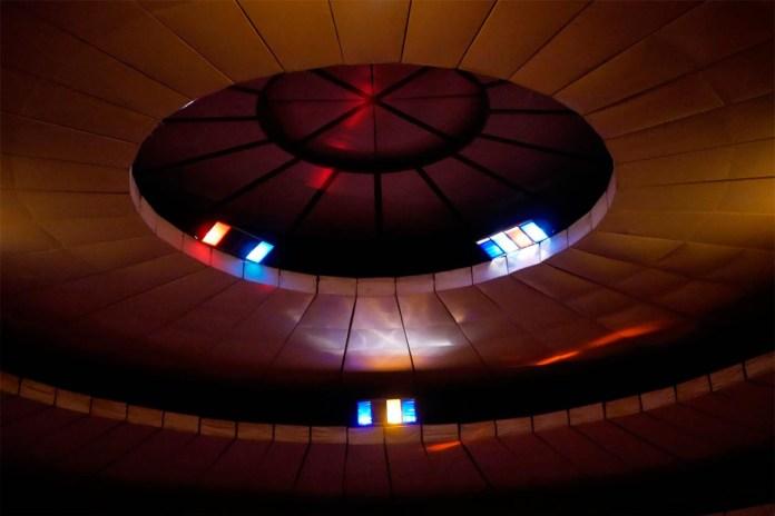 """Під куполом """"Шайби"""" заводять романи, створюють і руйнують сім'ї. Фото: Ельдар Сарахман"""