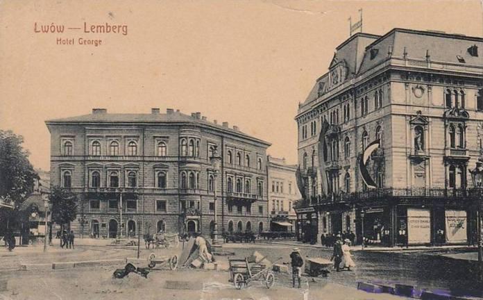 """Вид на готель """"Жорж"""" (з правого боку) та будівлю банку (майбутнього кінотеатру) з пл. Марійської. Листівка поч. ХХ ст."""