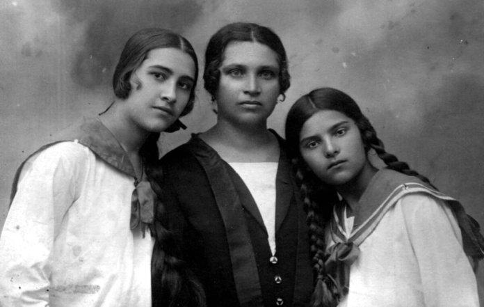 елагея Толста в центрі з доньками Галиною (ліворуч) і Серафимою (праворуч), 1927 рік