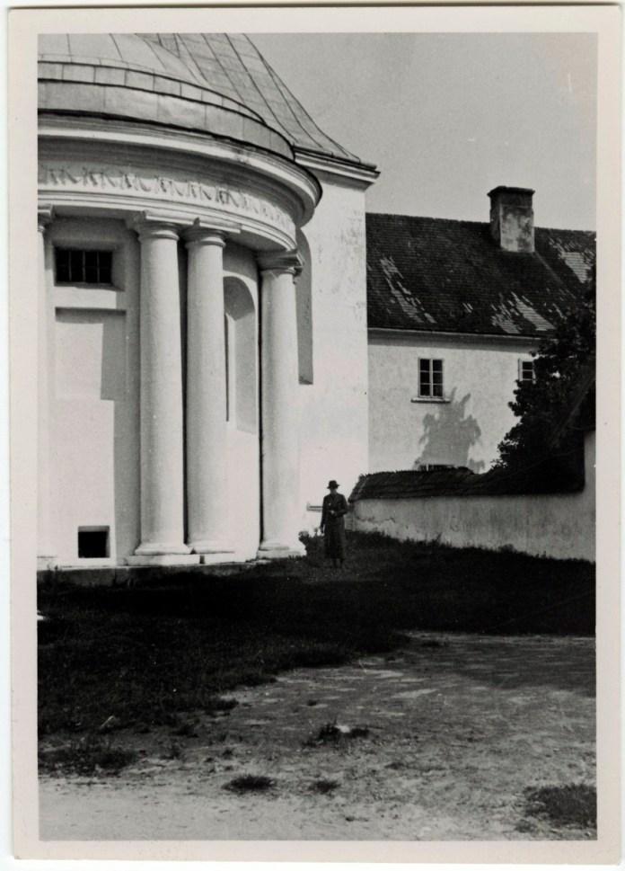 Каплиця біля костелу в Роздолі
