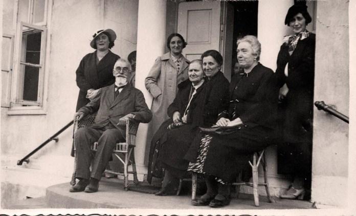 Зліва: Кость Левицький, жінка Ольга, ззаду: дочки – Дарія, Марія, Ірена.
