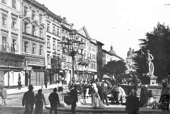 Площа Ринок у Львові, біля ліхтарів видно драбину, котрою користувався ліхтарник, щоб запалити або загасити полум'я в ліхтарях. Знимка ХІХ ст.