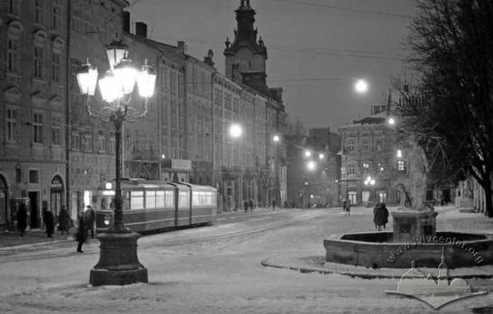 Вечірній Львів, південна частина площі Ринок (1975-1980 рр.) Фото: Юрій Гаськевич