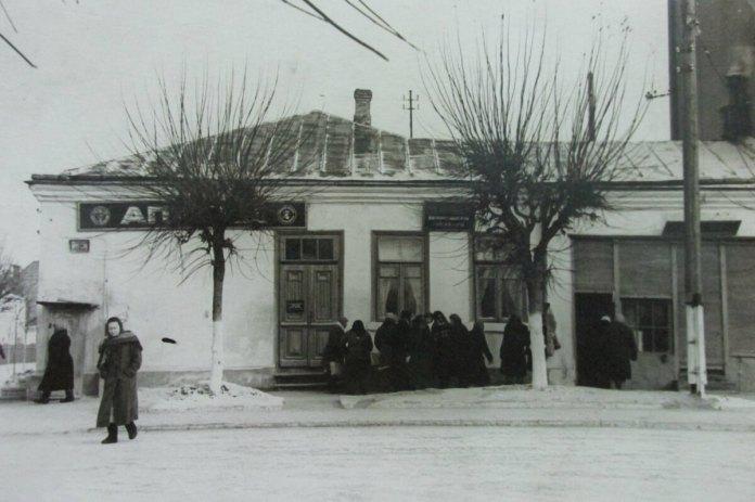 Аптека поруч із головпоштамтом на вул. Сталіна (Соборної)