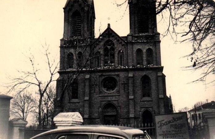 Зруйнований костел, в якому ще не відкрили кінотеатру, початок 1960-х