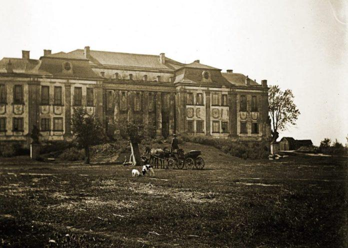 Родовий палац Любомирських, фото 1903 року. Можна припустити, що невідомий у бричці може бути одним із власників палацу