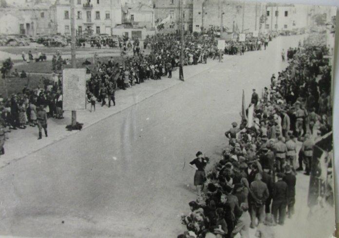 Майбутня Театральна площа, в очікуванні маршу військових 9 травня 1945 року
