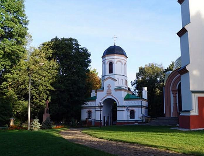 Надбрамна вежа-дзвіниця на території історико-культурного комплексу