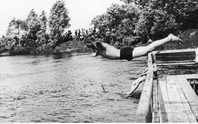 Змагання з плавання на річці Горинь. Глядачі спостерігають з берега