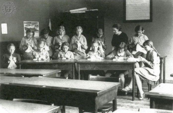 Урок ручної праці для дівчаток у школі