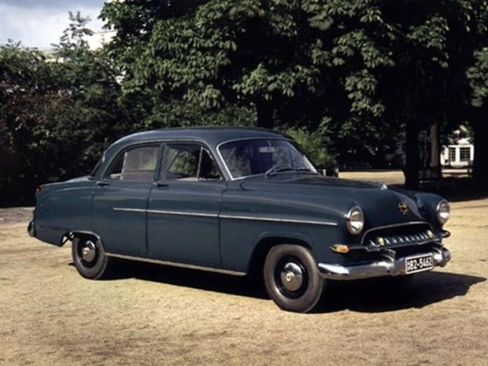 """Так виглядав синій """"Opel' Kapitan"""", який випускався у 1953-1955 рр., подарований діаспорою для С.Бандери. Автомобіль, офіційно зареєстрований за номером PKW АВ 63-3821, регулярно використовувався, зокрема і для подорожей в Альпи"""