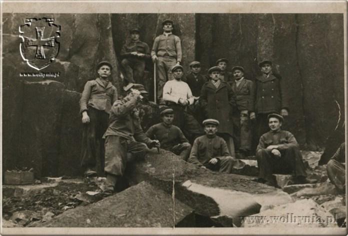 Робітники в каменоломні