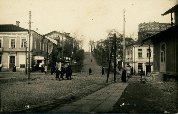 Острог, вулиця Ходкевича, Луцьку браму видно праворуч. Міжвоєнний період