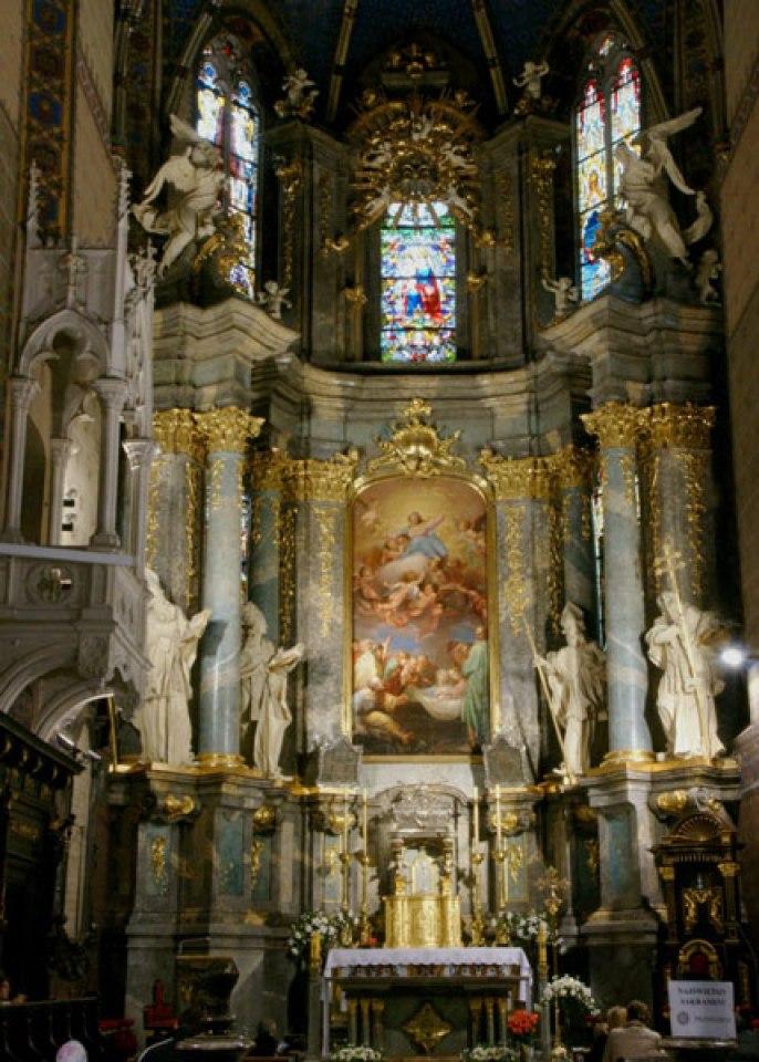 Головний вівтар латинської катедри. Фото з http://www.ukrartstory.com.ua/tekst-statti-24/interiors-of-baroque-churches-of-western-ukraine-xiii-ct.html