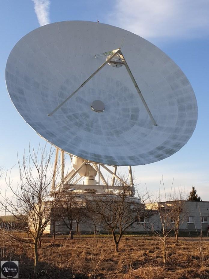 Сигнал з космосу падає на антену. Він відбивається від неї і направляється в дзеркало. Воно по центру вгорі на трьох ногах. Штир на дзеркалі це громовідвід. Прийнятий сигнал відбивається від дзеркала в центр антени. Там є круглий отвір закритий радіопрозорим покриттям. По системі дзеркал сигнал передається вниз у апаратну.